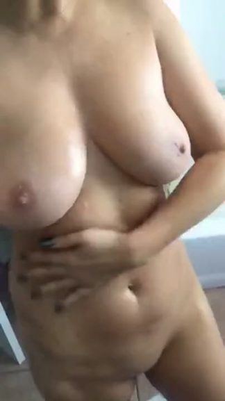 Mid 30s MILF shows her best Snapchat nudes in bath room