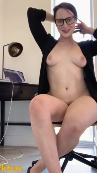 Hot MILF takes Snapchat nudes because she gets bored at work