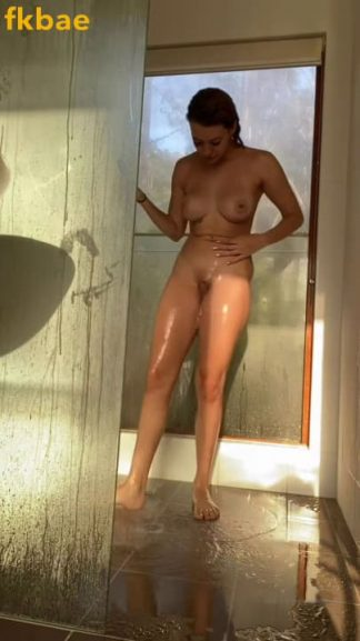 Nude Snapchat girl taking a morning shower and shaving her hairy pussy